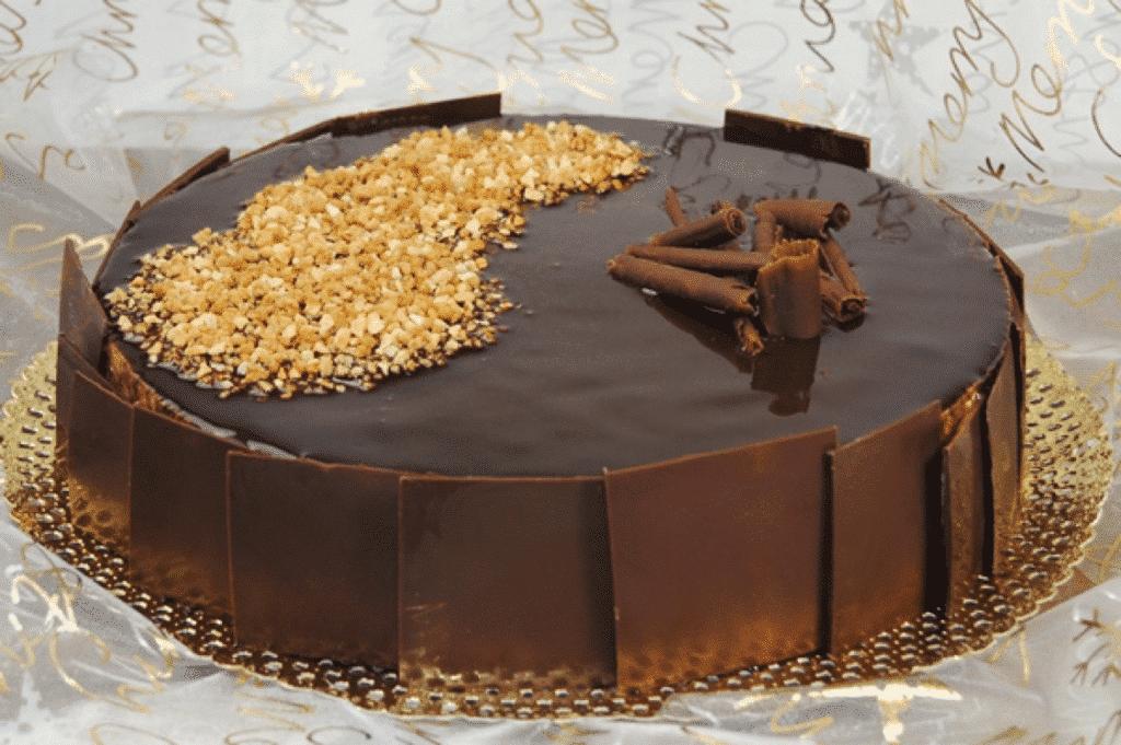 Tarta de Turrón con caramelo y cubierta de chocolate